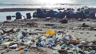 豪雨過後 台東驚現寶特瓶海灘