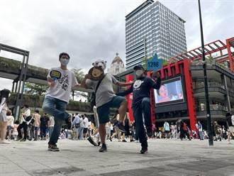 挺核人士現身信義威秀商圈 「單腳快閃」反映台灣能源問題