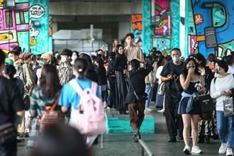 用鏡頭看台灣》口罩禁令漸鬆防疫仍需留心 冷氣團乍現街頭秋意濃