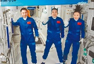 女太空人飛天辮吸睛 裝備量身打造