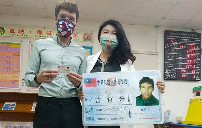 《2分之一強》法男星含淚拿到中華民國身分證:真的偷哭了一下