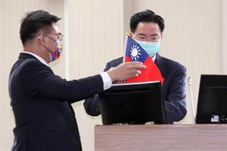 江啟臣送吳釗燮國旗 質問吳心中是否有國旗?
