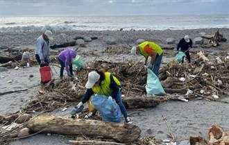 保特瓶散落2公里長 台東太平溪出海口清出逾686公斤垃圾