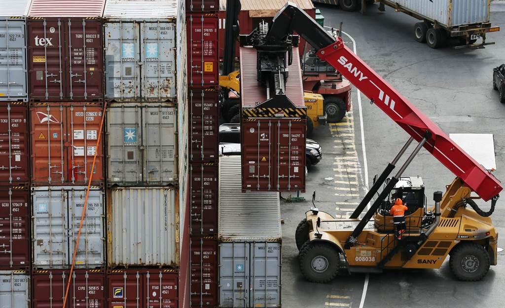 美國港口與貨櫃場被過量的貨物塞爆。(示意圖/路透社)
