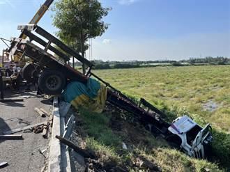 國一轎車撞拖板車 釀2車失控衝出邊坡1傷送醫 肇事駕駛竟棄車逃逸