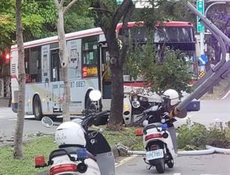 司機手滑暴衝撞歪紅綠燈 公車傾倒路中警疏導交通