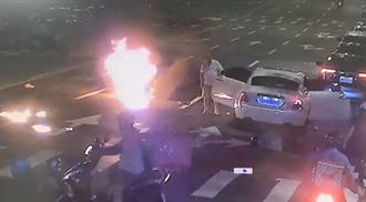 機車遭勞斯萊斯擊落起火 警政署官員子撞凹擋風玻璃重傷