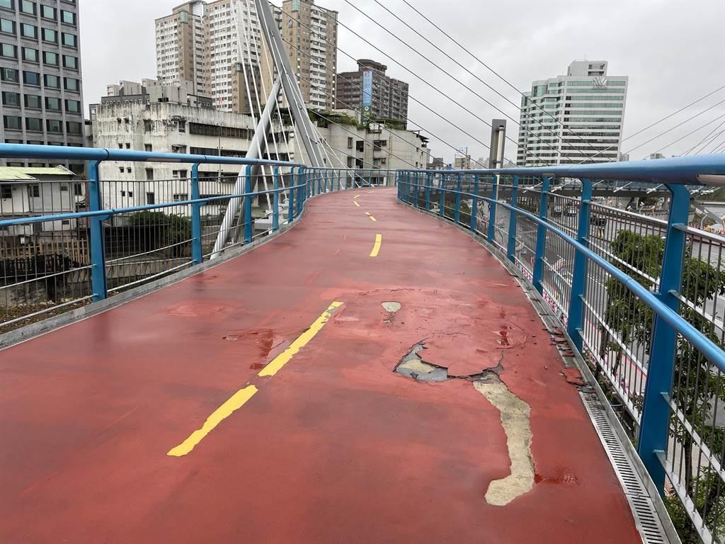 [新聞] 桃園南崁溪印象大橋啟用不到2年 直擊自行