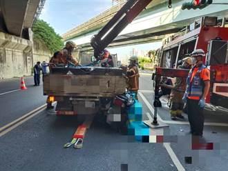 太駭人!機車追撞小貨車 騎士頭朝下卡在車斗與機車之間慘死
