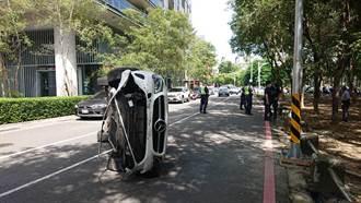 疑分神自撞分隔島 賓士車「翻一圈」躺路中 駕駛輕傷