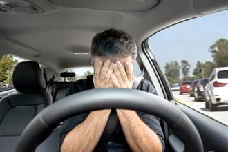 加油撞出軌!他見未婚妻上陌生男車 同事面前噴男兒淚