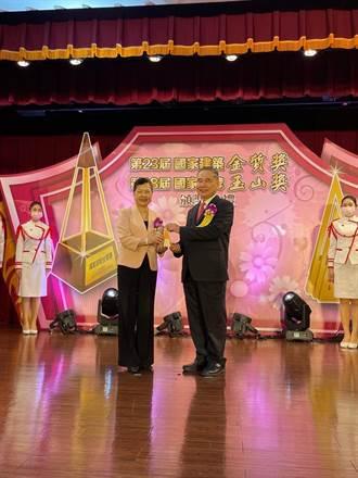 農業金庫與董座吳明敏深耕農業金融 獲國家品牌玉山獎2項肯定