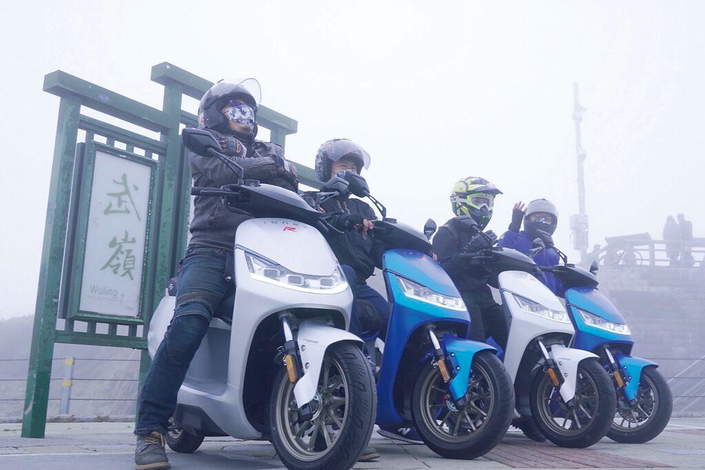 光陽Ionex搶先開設武嶺電池交換站,熱血騎士騎乘Ionex新款電動機車S7R上武嶺慶祝。圖/業者提供