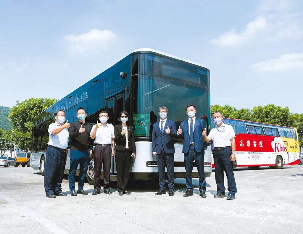 鴻華先進電動巴士Model T現身高雄,搶先體驗北基旗下電動車充電站 「TAIL特爾電力」快充服務。圖/北基提供