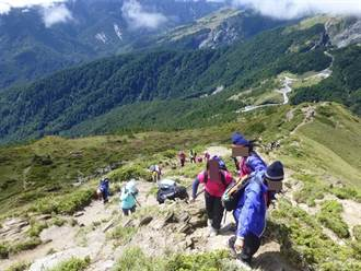 新北豐珠中學帶學生登百岳 走出遭性剝削傷痛