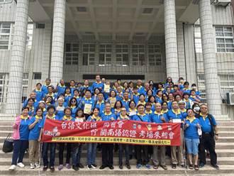 學員閩南語認證考試 台南退休校長帶大紅布條陪考打氣