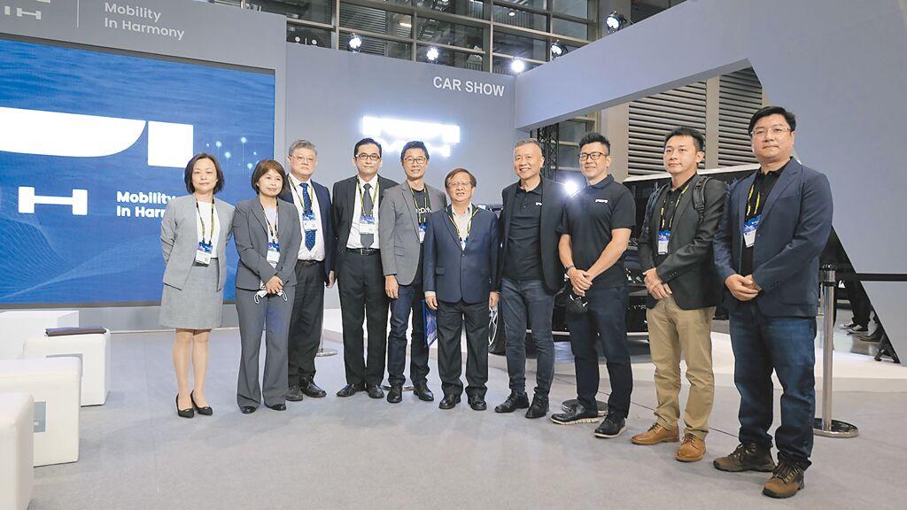 MIH電動車「V2G能源整合管理」解決方案合作夥伴們合影。圖/裕電能源提供