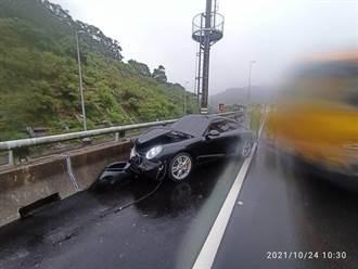 國3七堵段6百萬保時捷疑打滑追撞前車 車頭全毀、零件散落一地