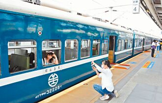 藍皮解憂號首航 鐵道迷搶拍照