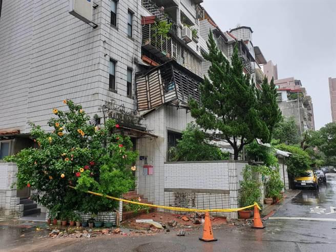 6.5強震撼北市 建國高架支架掉落 民宅屋簷全毀急封鎖
