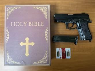 紅賓士男北市街頭囂張亮槍 他遭警圍捕槍彈藏「聖經」