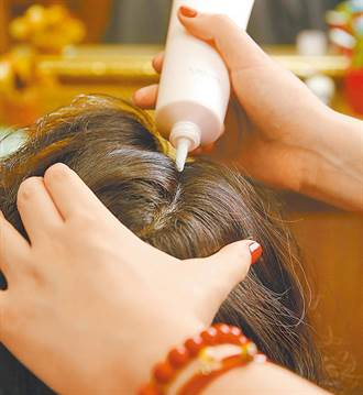 慎選染髮劑!它恐引發白斑症、蕁麻疹