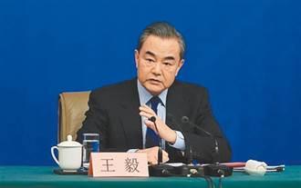 王毅見阿富汗塔利班代理副總理 允助經濟重建盼反恐