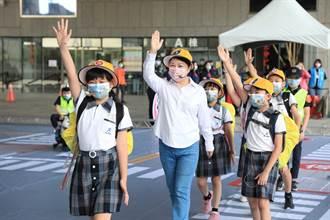 路口慢看停!響應交通安全月 台中市長盧秀燕化身小學生宣導道安