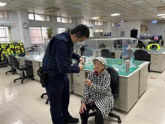 95歲老婦人走失呆坐公園 員警發現即刻救援
