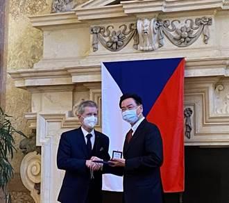 深化台捷關係 吳釗燮獲頒捷克「國際貴賓銀質獎章」